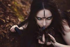 La bella strega della ragazza evoca nel legno Fotografia Stock Libera da Diritti