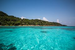 La bella Tailandia tropicale con la spiaggia, il mare blu e la sabbia bianca immagine stock libera da diritti