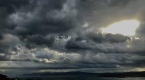 La bella tempesta si rannuvola il mare adriatico ed il sole brillante dietro fotografia stock libera da diritti
