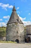 La bella torre antica del castello e la natura pittoresca abbelliscono Fotografie Stock
