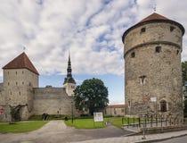 La bella torre medievale di Kiek in de Kök ed il campanile della chiesa di San Nicola nel centro storico di Tallinn immagini stock