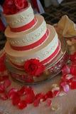 La bella torta nunziale con rosso ribben Fotografie Stock