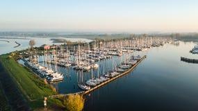 La bella vista aerea degli yacht di lusso moderni si è messa in bacino nel Mari fotografie stock