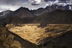 La bella vista aerea di alluna, fondo himalayano della montagna, Ladakh, il Jammu e Kashmir, India Immagini Stock