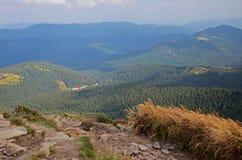 La bella vista dai picchi di pietra delle catene montuose delle montagne carpatiche ucraine di Hoverla ha coperto  immagini stock