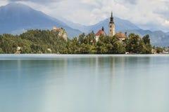 La bella vista del lago ha sanguinato con l'isola, la chiesa ed il castello con lo Stol della catena montuosa, Vrtaca, Begunjscic Immagine Stock