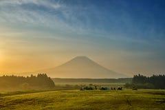 La bella vista del monte Fuji e del campo, questa montagna è un fam Fotografie Stock