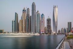 La bella vista del porticciolo del Dubai si eleva e costruzioni fotografia stock