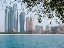 La bella vista della città di Abu Dhabi si eleva e l'architettura fotografia stock libera da diritti