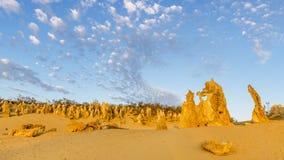 La bella vista delle rocce contro un cielo drammatico del tramonto nei culmini abbandona, Australia occidentale fotografie stock libere da diritti