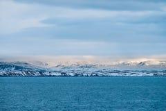 La bella vista e l'inverno abbelliscono l'immagine del Se dell'inverno dell'Islanda Fotografia Stock