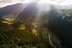 La bella vista panoramica dall'aria alle montagne carpatiche con le nuvole ed il sole rays nella priorità alta Fotografia Stock