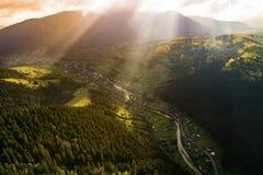 La bella vista panoramica dall'aria alle montagne carpatiche con le nuvole ed il sole rays nella priorità alta Fotografia Stock Libera da Diritti