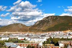 La bella vista in Shangri-La, precedentemente conosciuto come la contea di Zhongdian, è la capitale della prefettura autonoma di  Fotografie Stock
