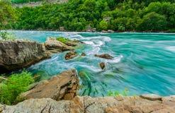 La bella vista splendida stupefacente del fiume di cascate del Niagara con la torrente dell'acqua cambia bruscamente la direzione immagine stock