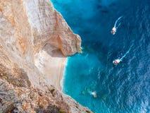La bella vista su due barche turistiche che vanno al blu scava le scogliere in acqua blu del Mar Ionio Punto facente un giro turi Fotografia Stock