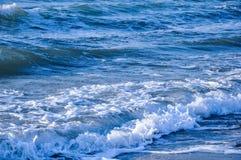 La bella vista sul mare del mar Egeo con le onde ed il bianco spumano Immagini Stock