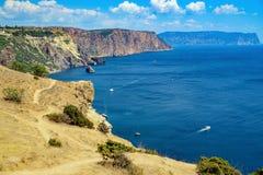 La bella vista sul mare Vista superiore dalla montagna alla laguna del mare, in cui le navi navigano un giorno soleggiato Fotografie Stock Libere da Diritti