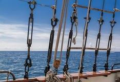 La bella visualizzazione dettagliata del primo piano del babordo alto della nave inquadra le corde ed i collegamenti Fotografie Stock