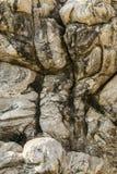 La belle érosion bascule dans le ressac de l'océan Photographie stock