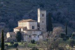"""La belle abbaye de Sant """"Antimo entourée par la campagne de Sienese, Montalcino, Toscane, Italie photographie stock libre de droits"""