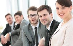 La belle administratrice et les affaires de femme team dans le lobby de Images stock