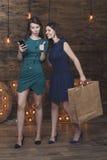 La belle amie de femme à la mode choisissent des marchandises dans le St en ligne Image libre de droits