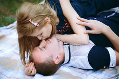 La belle amie embrasse son ami Image stock