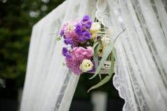 La belle arcade blanche de bas-côté de mariage avec le pourpre fleurit le closeu Images stock