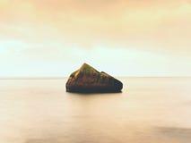 La belle atmosphère au-dessus de la mer lisse Ciel mélancolique nuageux, aucune vagues Paysage marin magnifique Photographie stock
