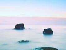 La belle atmosphère au-dessus de la mer lisse Ciel mélancolique nuageux, aucune vagues Paysage marin magnifique Image libre de droits