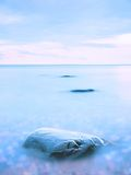 La belle atmosphère au-dessus de la mer lisse Ciel mélancolique nuageux, aucune vagues Paysage marin magnifique Photos stock