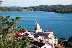 La belle baie adriatique et le village près se sont dédoublés, la Croatie Images libres de droits