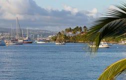 La belle baie et le voilier hébergent, la marina pittoresque Martinique photos libres de droits