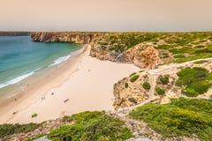La belle baie et la plage sablonneuse du Praia font Beliche près du sao de Cabo Images stock