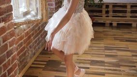 La belle ballerine de l'adolescence danse avec élégance dans des ses chaussures de ballet de pointe à la classe de ballet Tutu bl clips vidéos