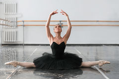 La belle ballerine s'asseyent sur la ficelle dans la classe Images libres de droits