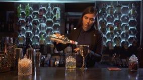 La belle barmaid de fille fait une bonne position alcoolique de cocktail à la barre clips vidéos