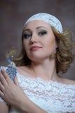 La belle blonde avec une robe blanche de dentelle Photo stock