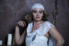 La belle blonde avec une robe blanche de dentelle Images libres de droits