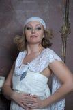 La belle blonde avec une robe blanche de dentelle Photographie stock libre de droits