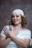 La belle blonde avec une robe blanche de dentelle Photographie stock