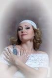 La belle blonde avec une robe blanche de dentelle Photos libres de droits