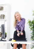 La belle blonde dans la main de bureau a attaché le fil UTP Photos libres de droits