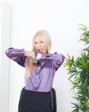 La belle blonde dans la main de bureau a attaché le fil UTP Photos stock