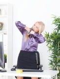 La belle blonde dans la main de bureau a attaché le fil UTP Photographie stock libre de droits