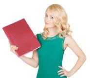 La belle blonde tient le dossier rouge dans une main Photographie stock