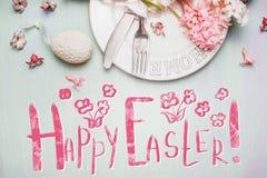 La belle carte de voeux heureuse de Pâques avec le texte, les oeufs, les gâteaux et les jacinthes de ressort fleurit au pastel Photo libre de droits