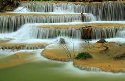 La belle cascade à écriture ligne par ligne de la forêt profonde, Thaïlande Photographie stock