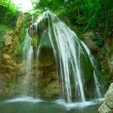 La belle cascade à écriture ligne par ligne Djur Djur dans la forêt Image libre de droits